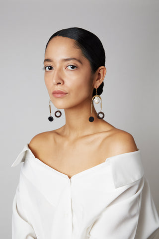 Model wearing the gold-plated and baroque peal MLE Scala earrings