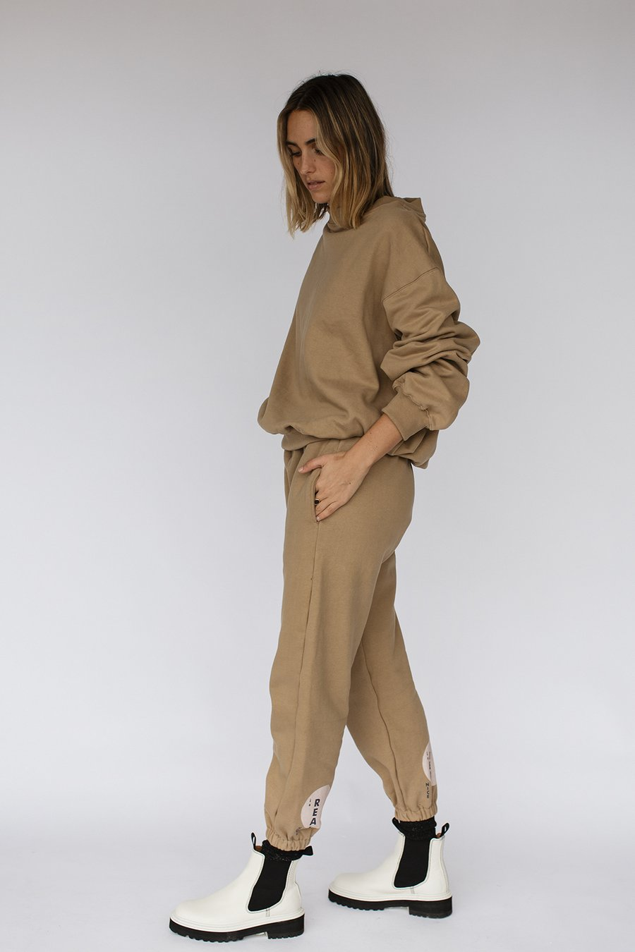 Side view of the Nice Martin - Khalo Trackpants - Mushroom