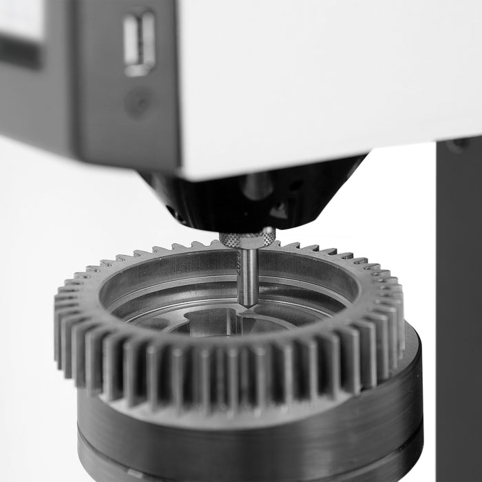 Easily removable downholder for hard-to-reach contours on a gear sample
