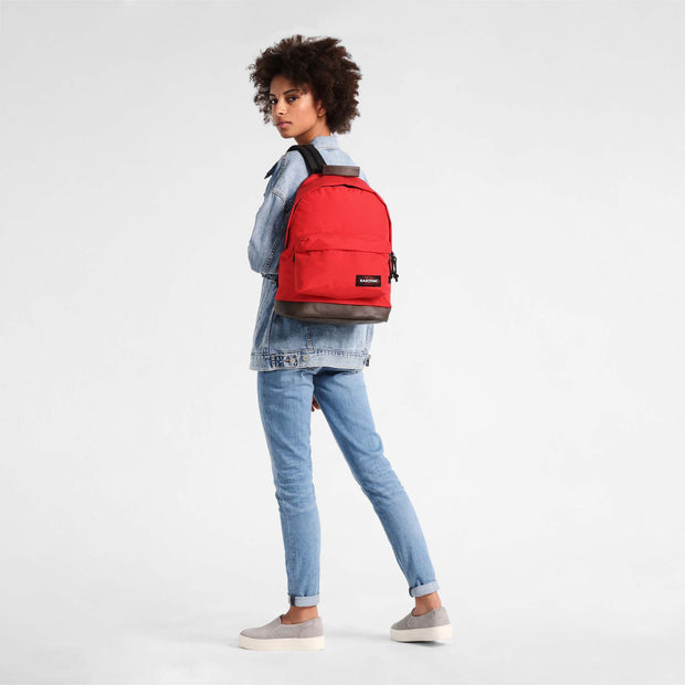Sac à dos Eastpak wyoming Risky Red porté