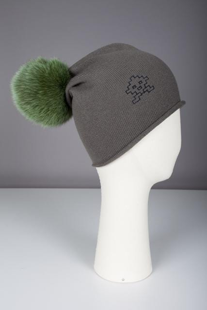 Bonnet de surfer avec pompon en fourrure Evesome maille serrée 100% cachemire - Surfer's hat with fur pompom Evesome tight mesh 100% cashmere