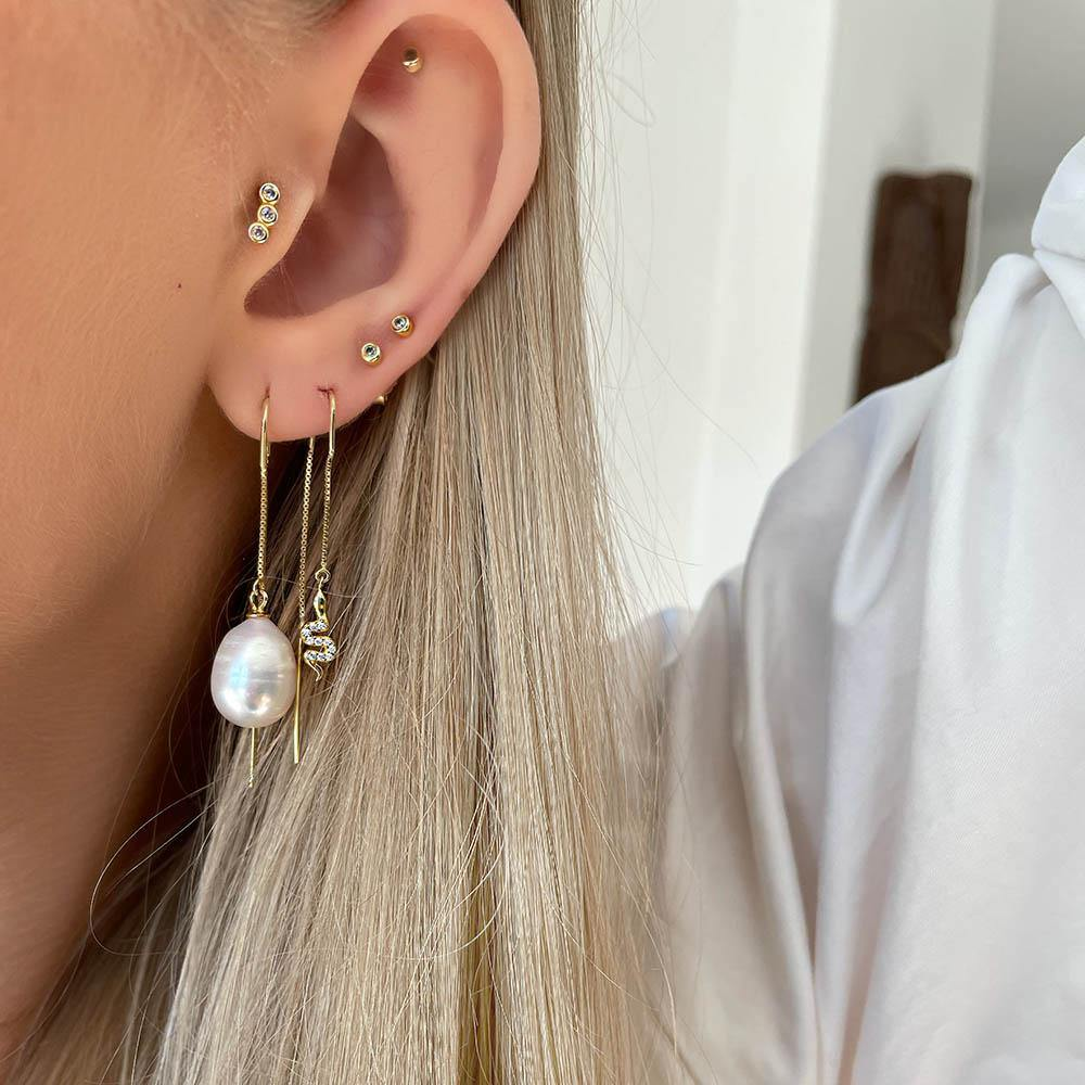 Agua Petite Studs are the perfect petite ear studs. They are desgined to be simple and classic with only one clear cubic zirconia. Perfect for those who have more piercings in one ear or those who just want to create a classic timeless look.