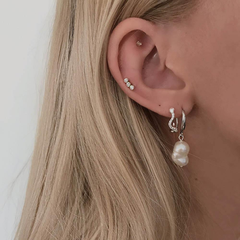 Laja Petite Studs are a must-have in your jewelry collection. In its simplicity and only three small cubic zirconia its fits perfectly to any occasion. Whether you want to use it alone or style it with other earrings - it's just perfect.