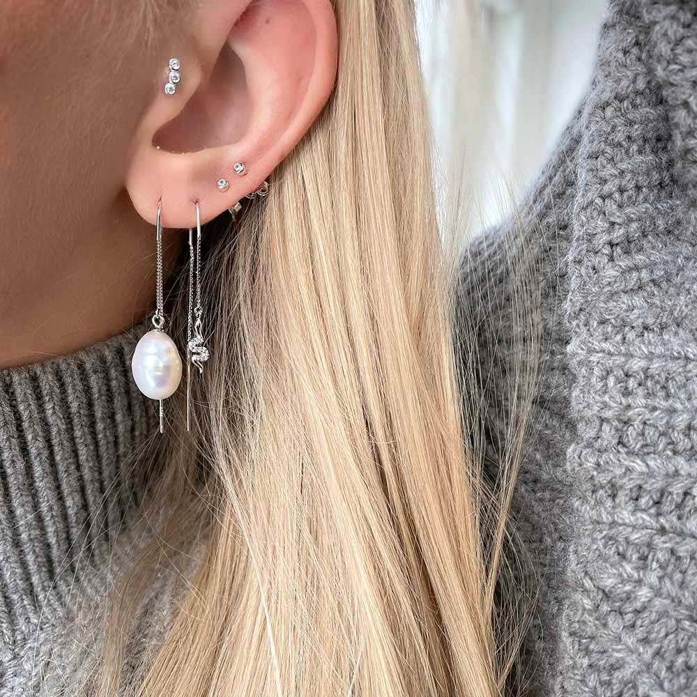 Boa Ear Threads are beautiful enchanting ear threads with small snakes and clear cubic zirconia. They are the perfect mix of raw and feminin and can easily be styles up and down to create the look you want.