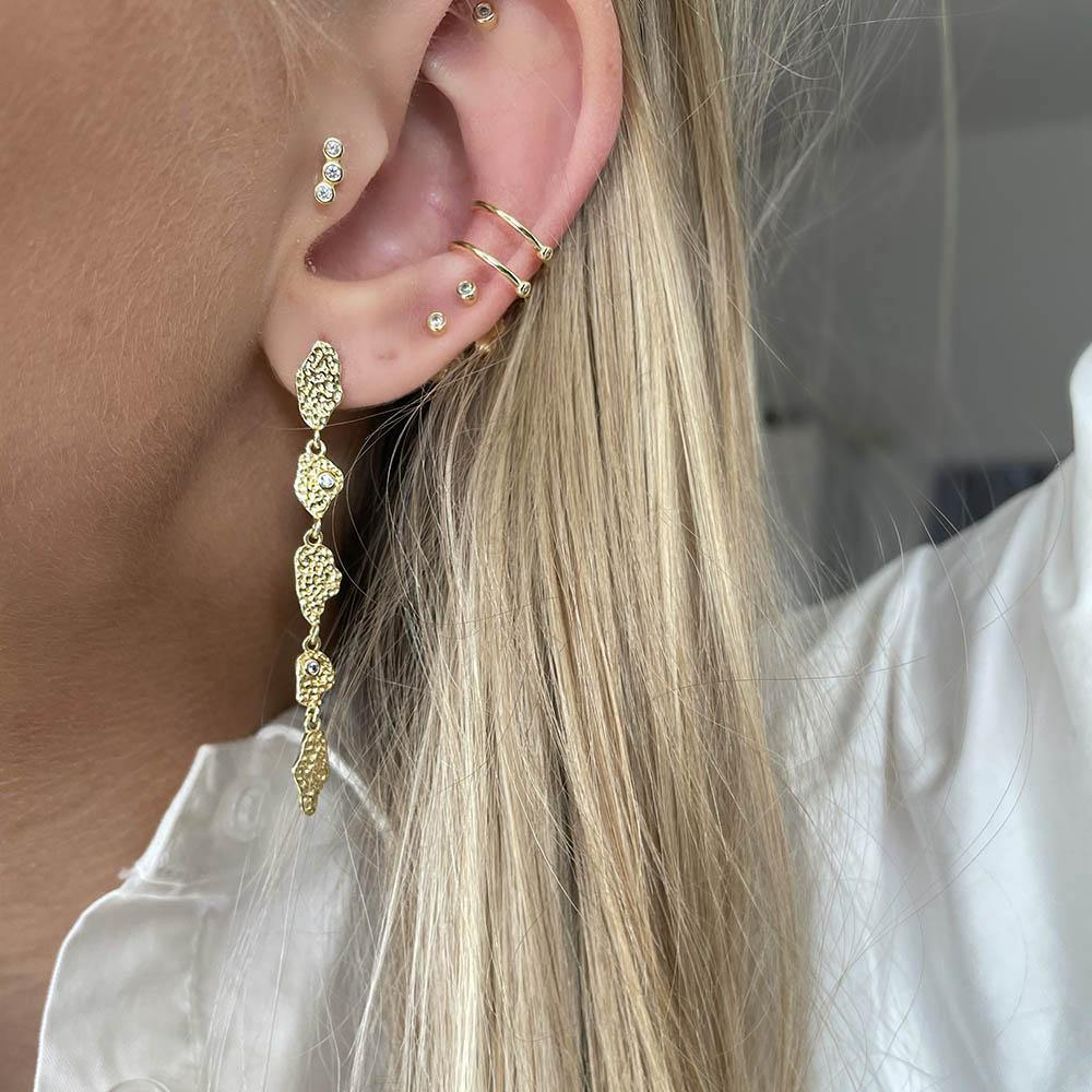Double Ear Cuff Crystal is a beautiful simple style with two clear cubic zirconia which creates an illusion of more piercings. You don't need to have your ear pierced to use ear cuffs. Style it with your favorite earrings to create a raw stacked look.