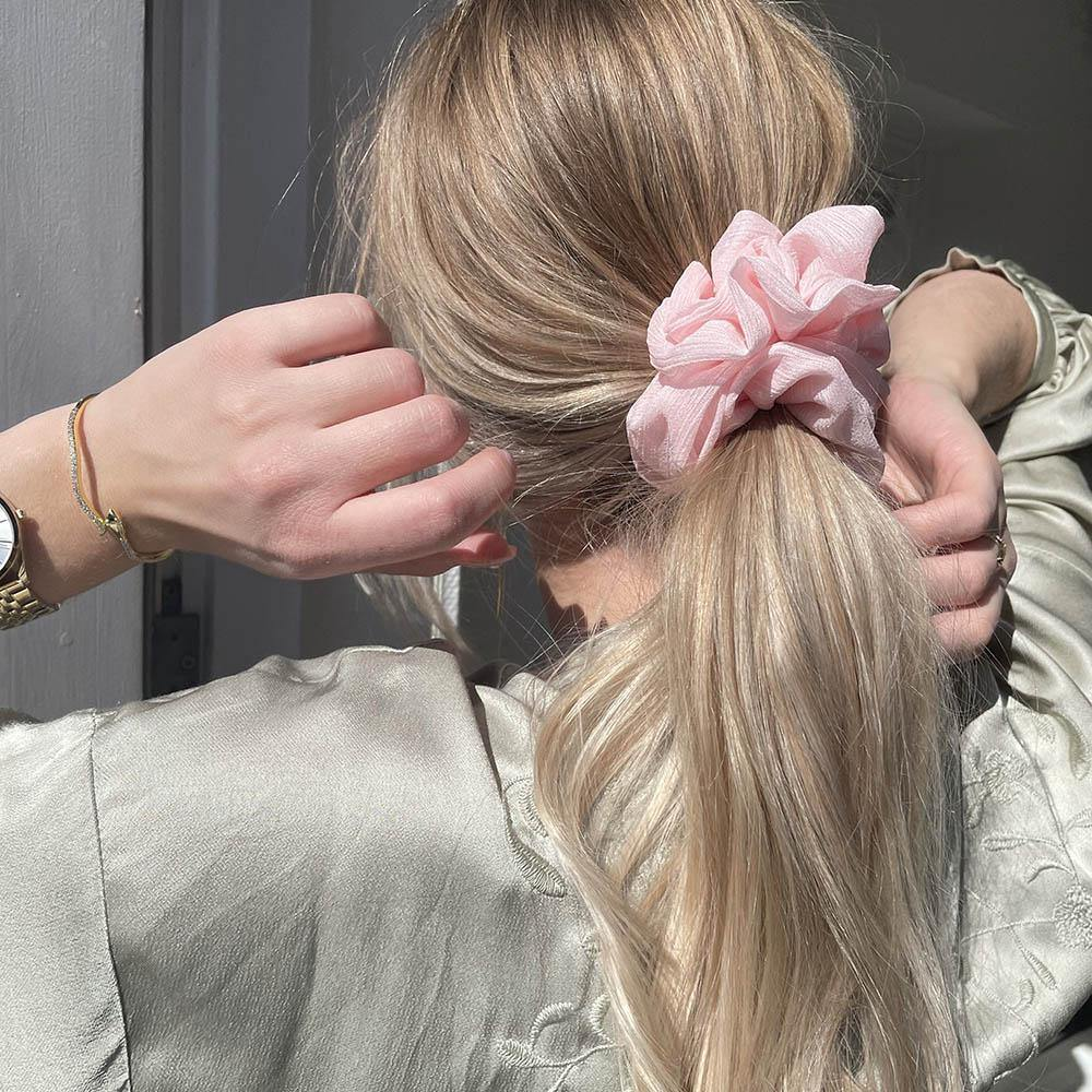 Ivy scrunchie is a must have in your accessory collection! It's an oversized scrunchie with shimmer which creates a puffy look in your hair. Use it in a messy bun or to spice up your ponytail.