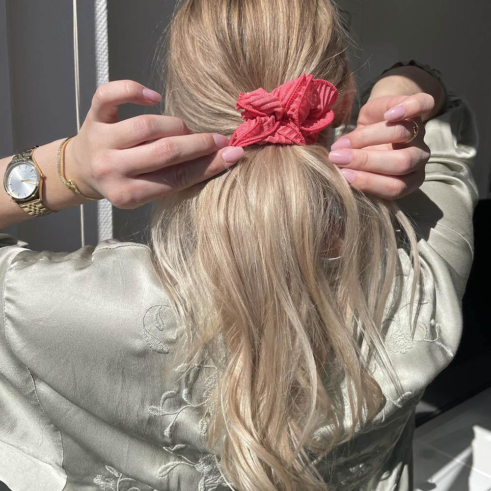 Sia scrunchie is a must have in your accessory collection! It's an oversized scrunchie with shimmer which creates a puffy look in your hair. Use it in a messy bun or to spice up your ponytail.