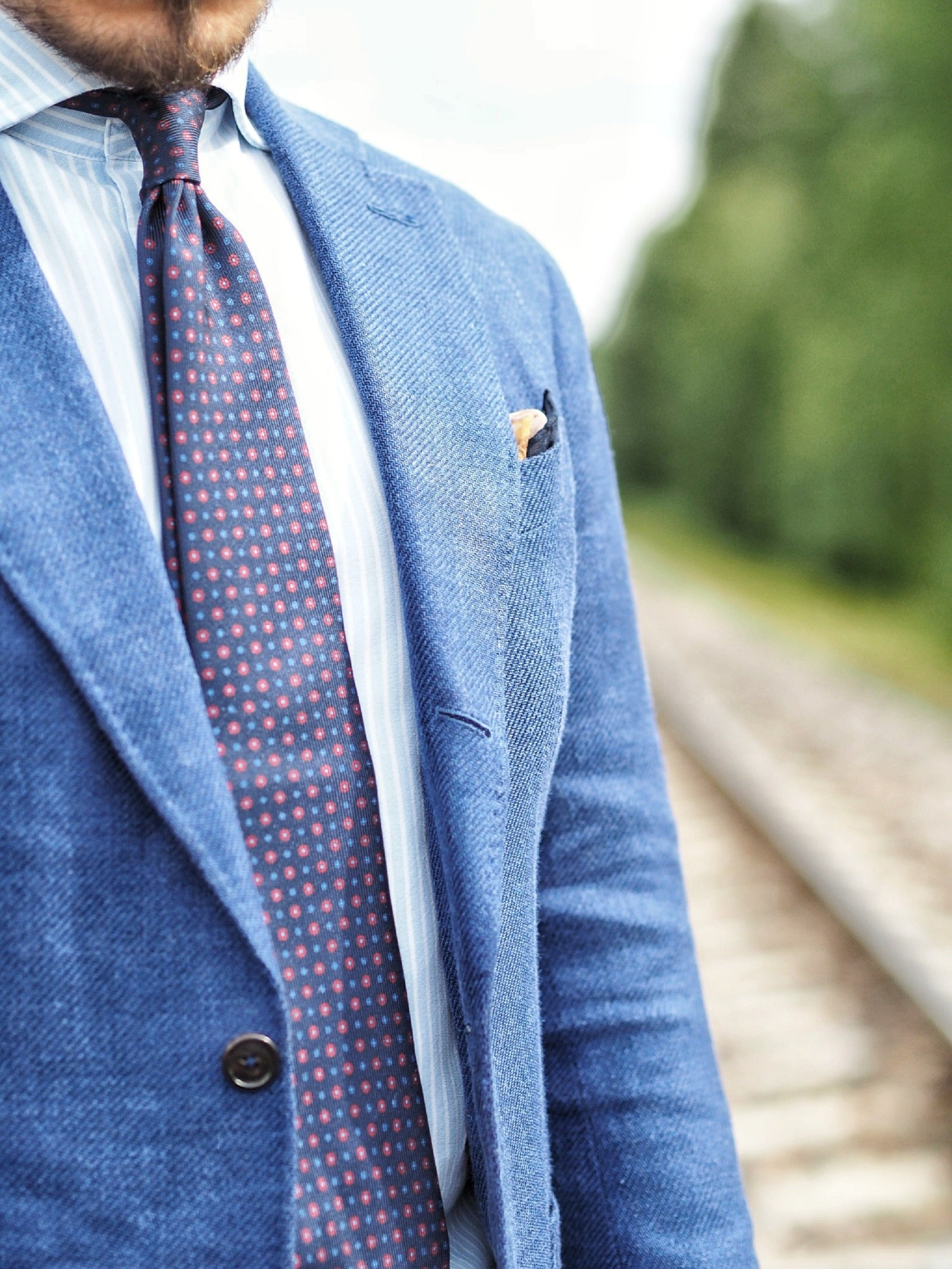 Blue suit jacket as a sport coat - details of the printed silk tie and blue suit jacket