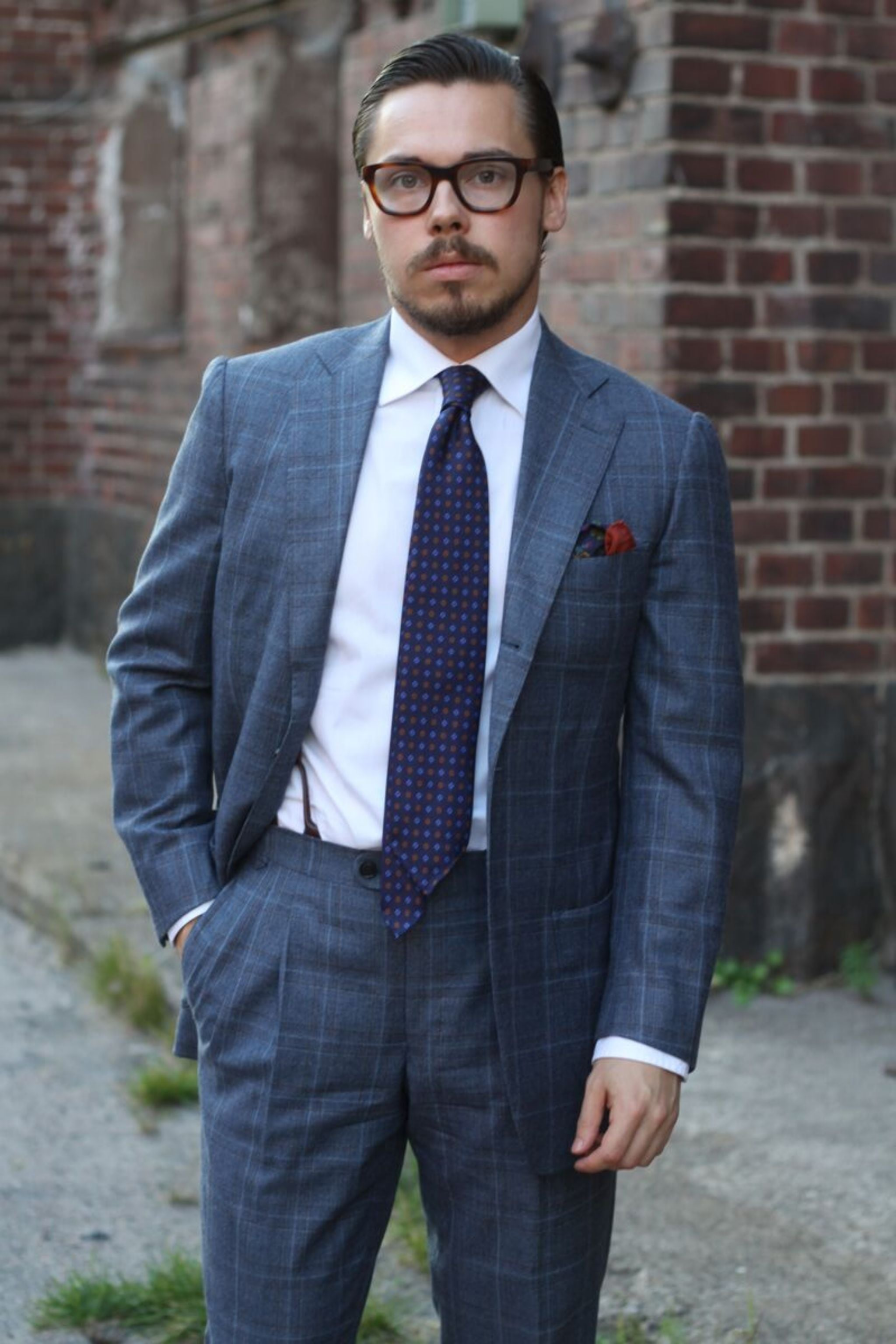 Patch pockets with business suit - Gray suit with white shirt and printed tie.