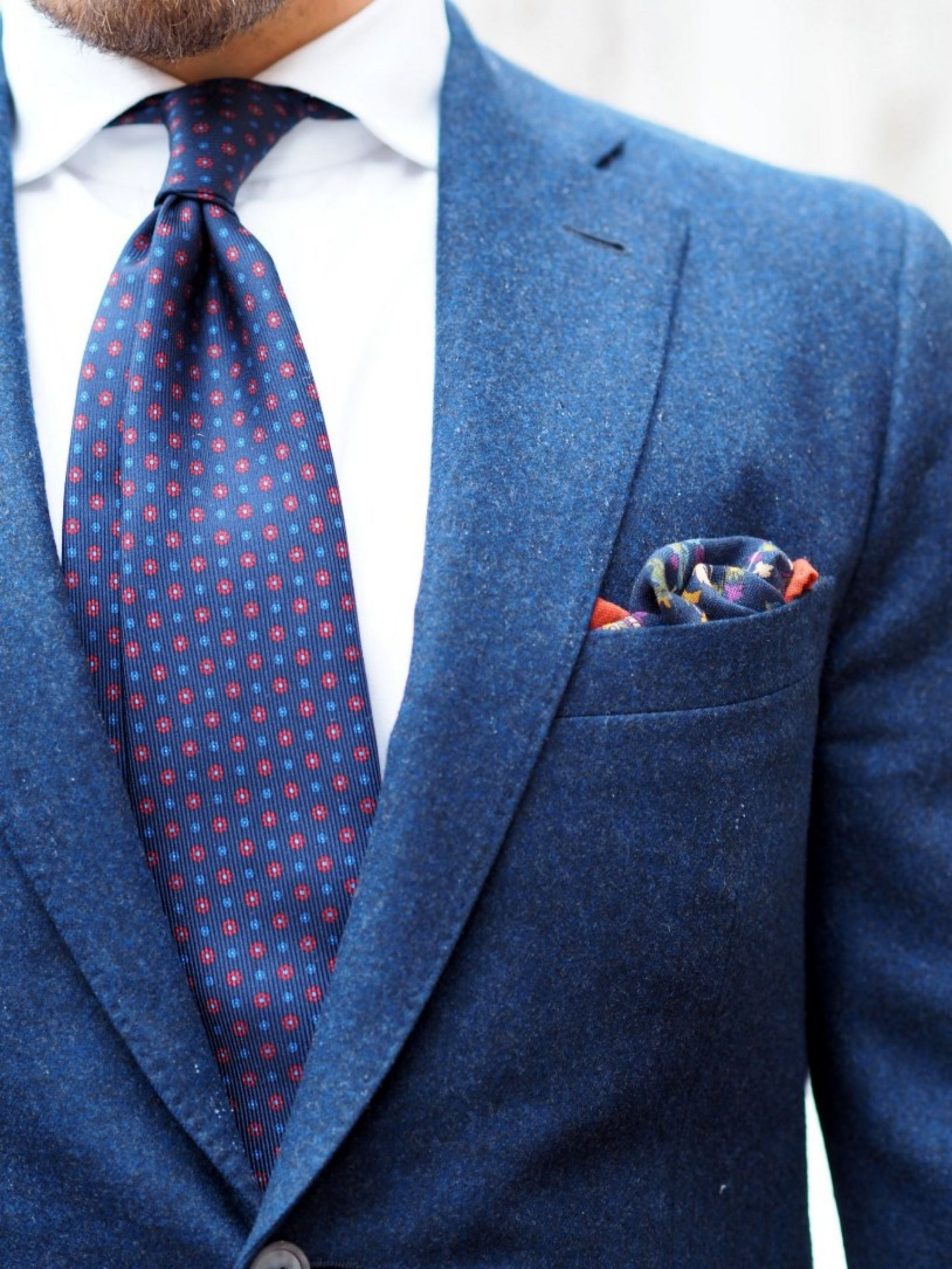 Autumnal business casual outfits - The navy blue blazer with DLA tie details