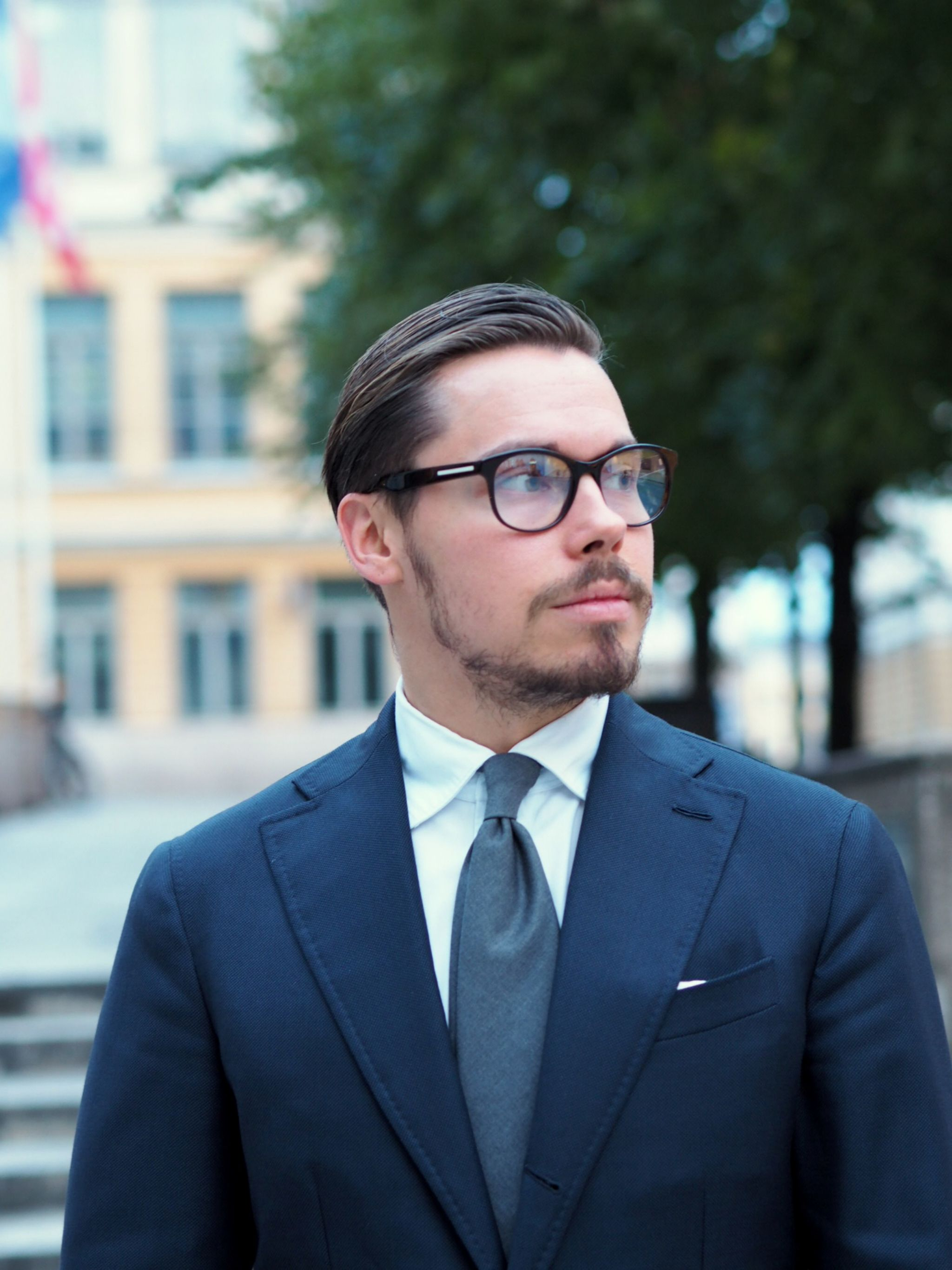 Autumnal business outfits - Blue suit with gray wool tie close-up