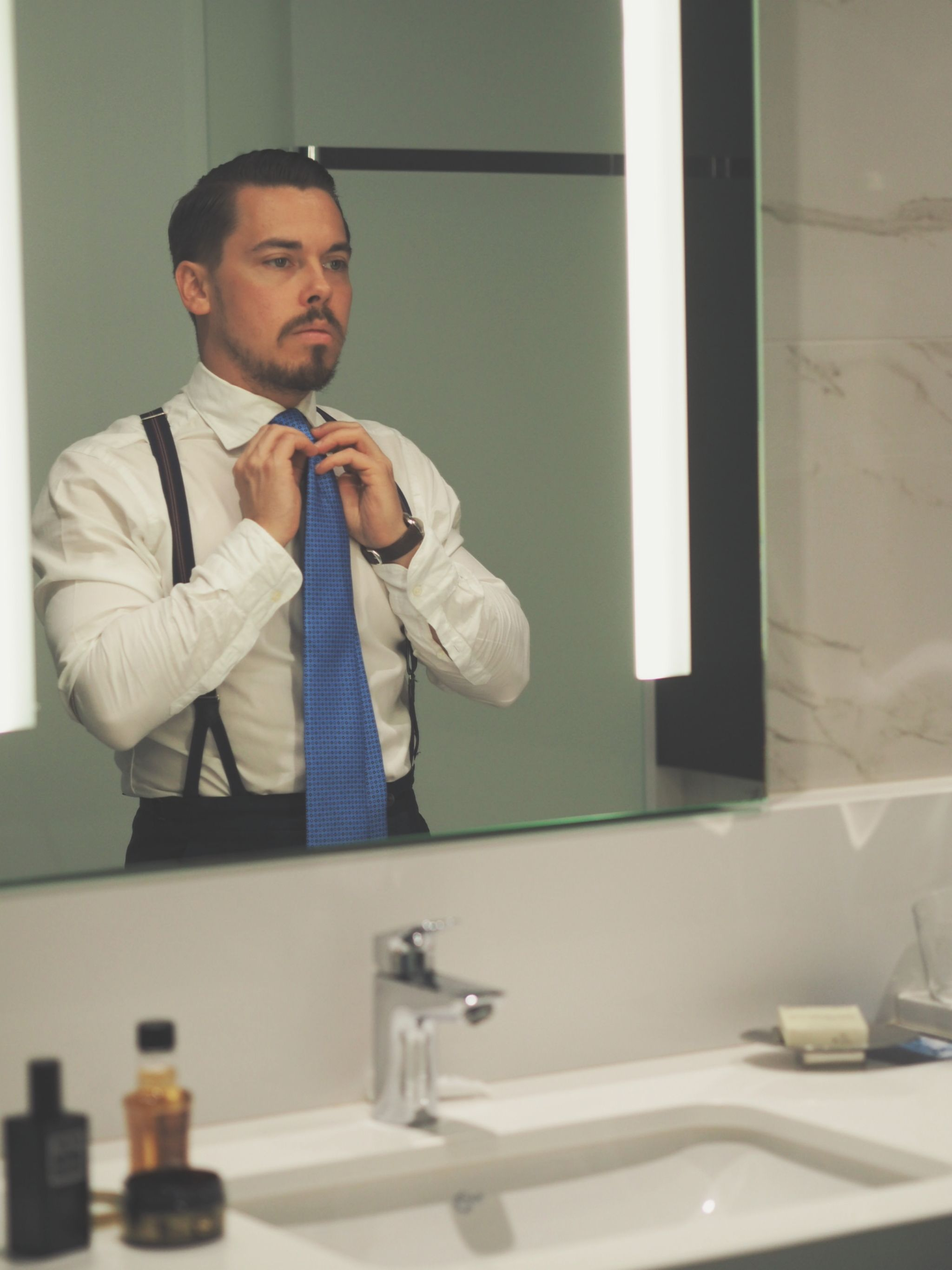 How to wear the same suit in different ways - getting ready for dinner and tieing the tie