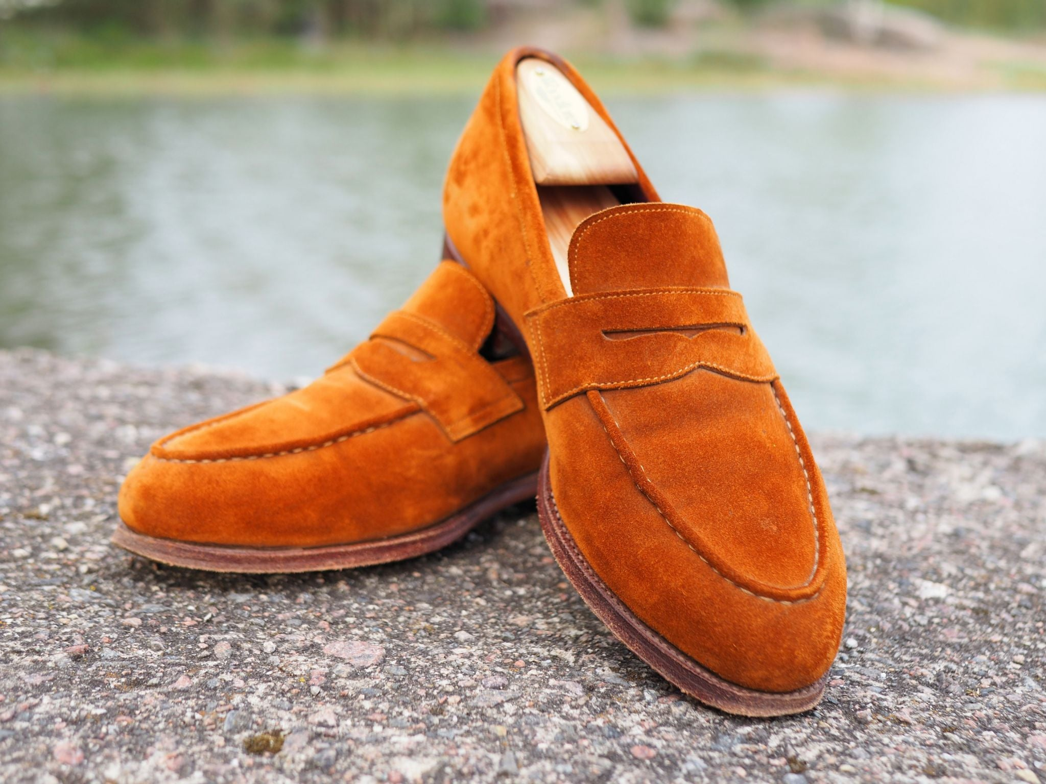 Suede penny loafers are an optimal choice for casual summer combinations.