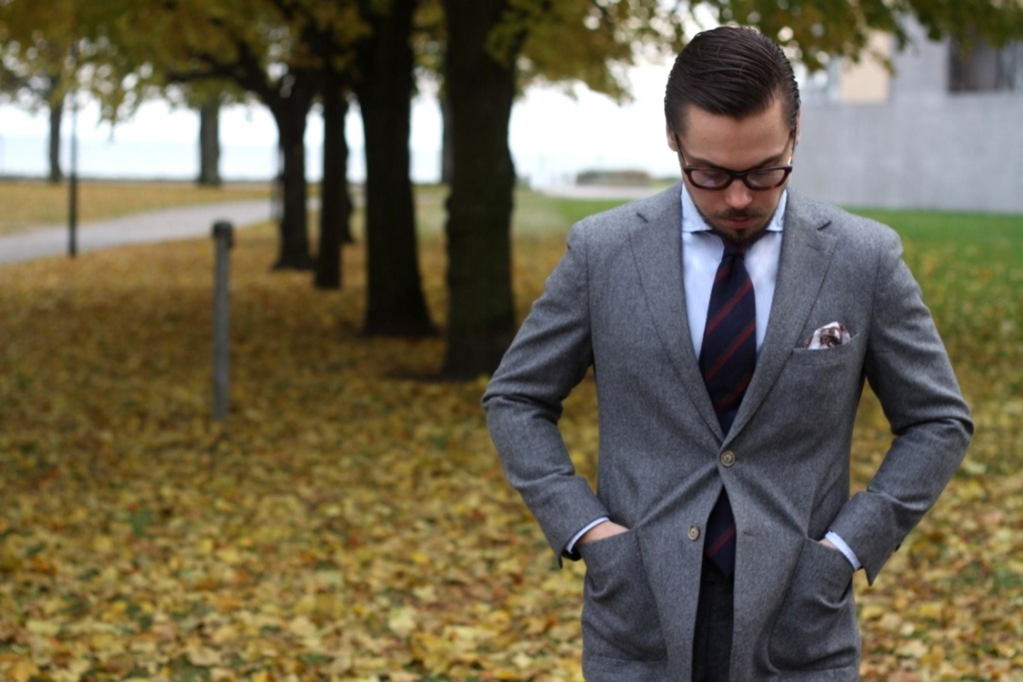 Suit with cashmere tie - mid-gray flannel wool is a good choice for fall and winter