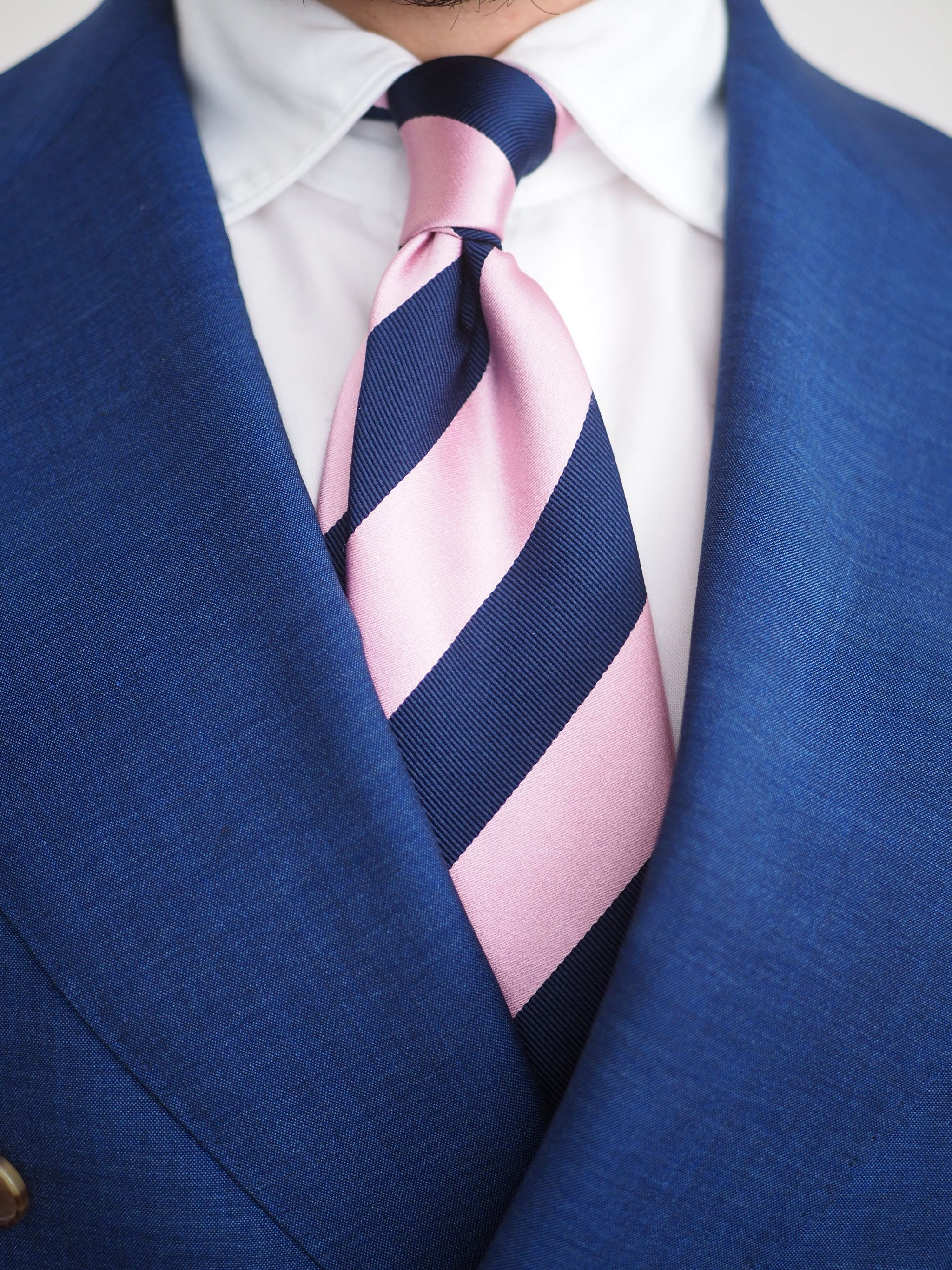 Blue suits - The striped pink silk tie details