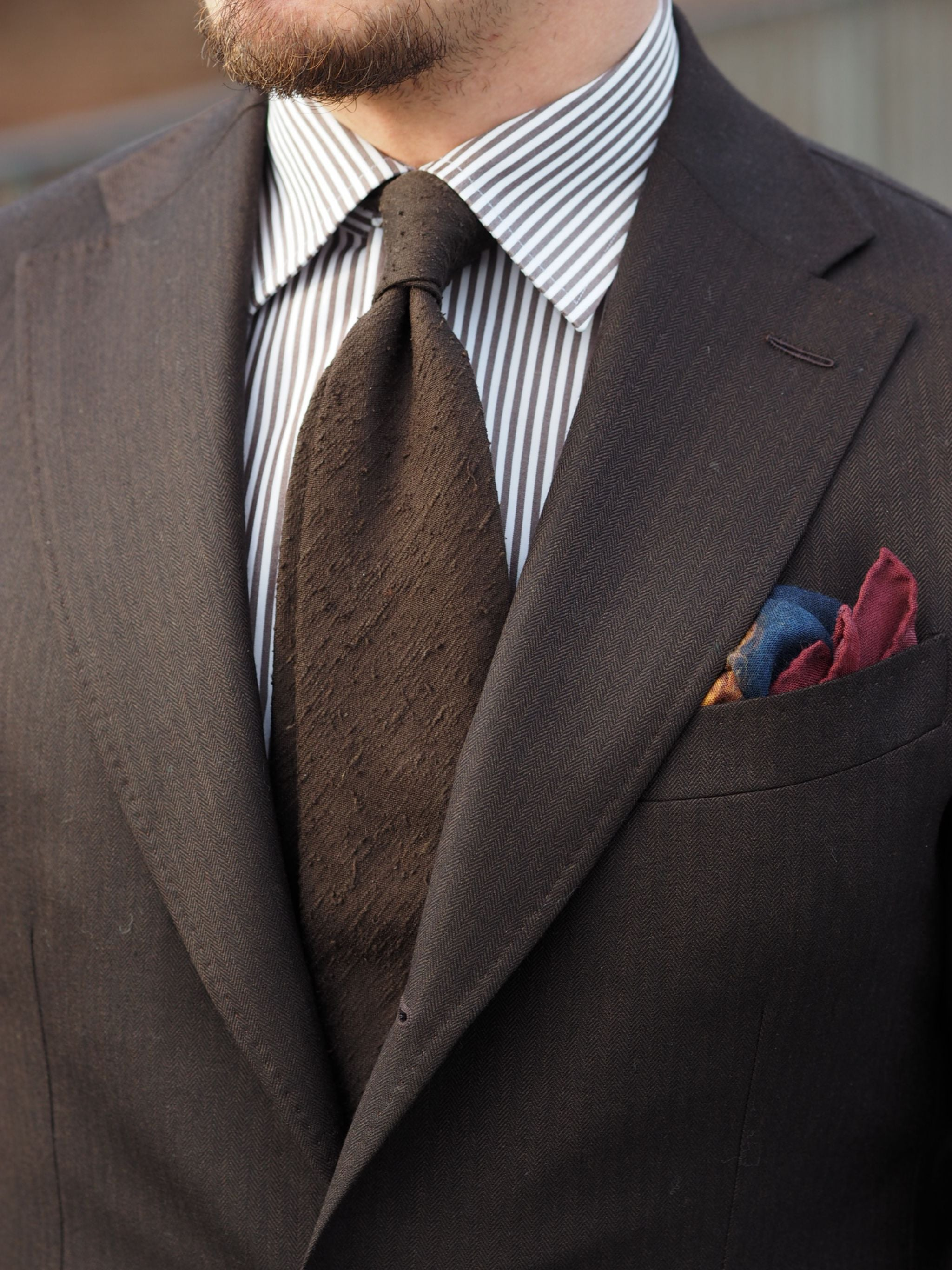 Suit for all seasons - close-up of the brown herringbone wool fabric and details.