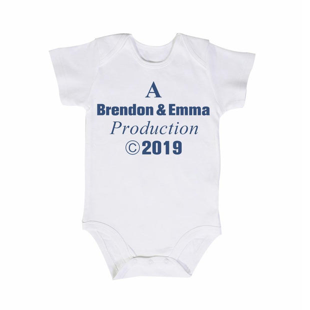"Personalisierter ""A Daddy & Mommy Production"" Motiv Baby Strampler Body mit Namen"