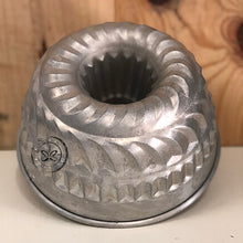 Load image into Gallery viewer, Vintage Bundt Mold Cake Pan