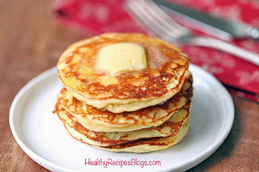Low-sugar breakfast: Greek yogurt pancakes