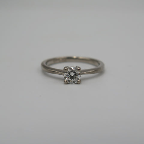 Round diamond set in white gold engagment ring.