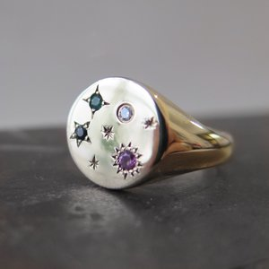Round signet with gemstone cosmos in yellow gold