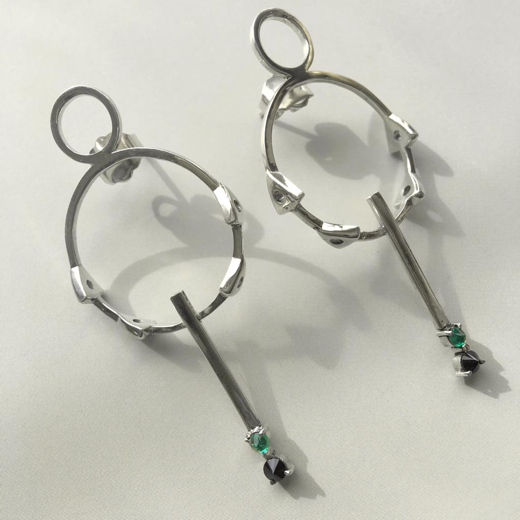 Geometrical silver earrings with colombian emeralds