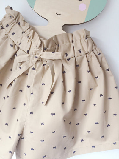 ,,PRETTY BOW'' shorts with ruffle waist details (cream)