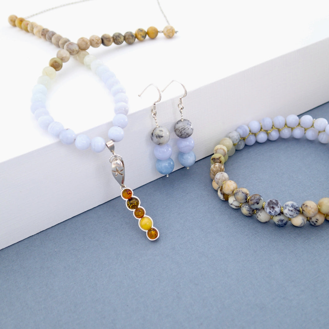 Gemstone and silver jewellery set by Pellara, inspired by nature. Infinite fields, made of amber, agate, quartz, aquamarine and opal.