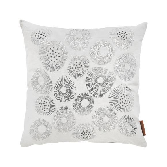 Pude fra Cozy Living. White silver urchin cushion