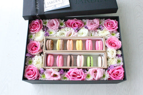 Bloombox with 12 Macarons