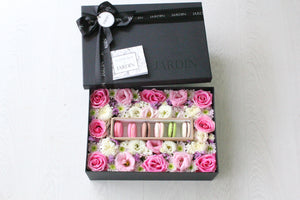 Bloombox with 6 Macarons