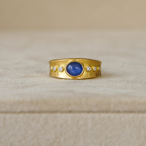 Star Sapphire Ring in 18 kt Gold with Diamonds