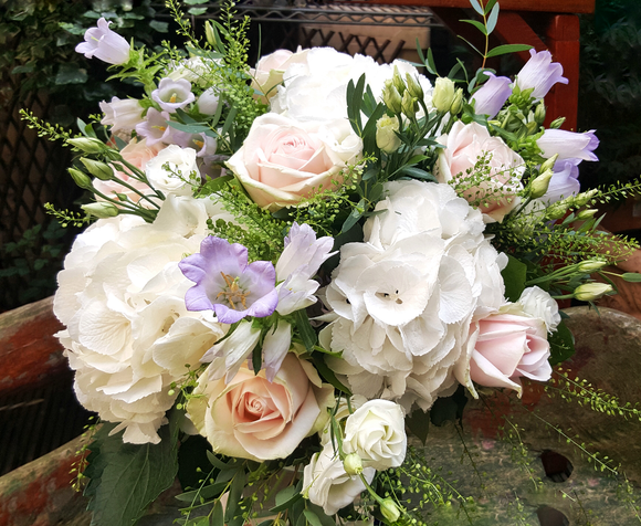 Elegant Country Style - HTA212 - Yeomans Flowers in London NW1