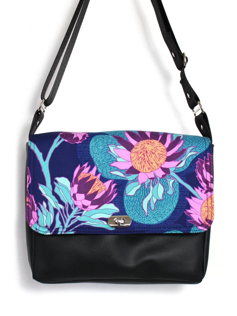 SMALL MESSENGER BAG - PROTEA