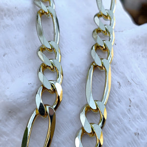 Close up of Figaro chain links.