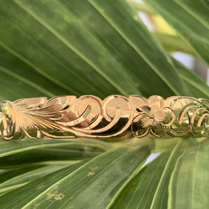 Baby Hawaiian heirloom bracelet with scallop edge showing the back design..