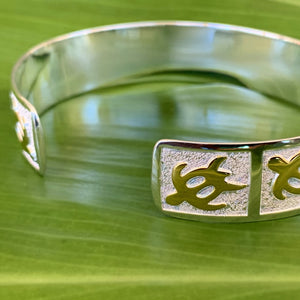 Close up of petroglyph honu cuff showing the back and how it is open and adjusts.
