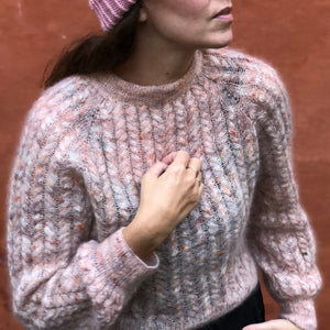Strikkeopskrift til Twist and Shout sweater fra Popknit. Smuk sweater med snoninger strikket i silk mohair.