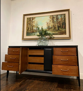 (SOLD) Gorgeous 8PC High-End Broyhill Modern Mid Century Bedroom Set with Beautiful Design and Original Hardware. They are Perfect Must-Have BEAUTIES for Minimalist and MCM Lover indeed!!!
