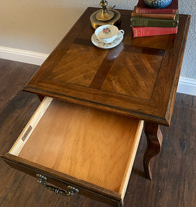 (SOLD) Beautiful High-End Hekman French Country Queen Anne Side-End Table in Superb Condition!! Gorgeous Wood Top Grain Pattern in Like NEW Condition!!