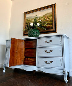 (SOLD) GORGEOUS 3PC High-End Bassett French Country MODERN Bedroom Dresser and 2 Nightstands in Superb Condition. Perfect Modernize Bargain BEAUTIES!!