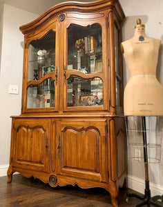 Stunning High-End Ethan Allen French Louis XV Style French Country Lighted Versatile Display Cabinet/Bookcase/China Cabinet with Beautiful Design and Hardware!!