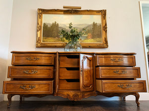 (SOLD) GORGEOUS 4PC Vintage Queen Anne Style High-End Large Thomasville Serpentine French Country Bedroom Set in Superb Condition. Perfect Versatile French Country BEAUTIES!!