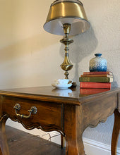 Load image into Gallery viewer, (SOLD) Beautiful High-End Hekman French Country Queen Anne Side-End Table in Superb Condition!! Gorgeous Wood Top Grain Pattern in Like NEW Condition!!