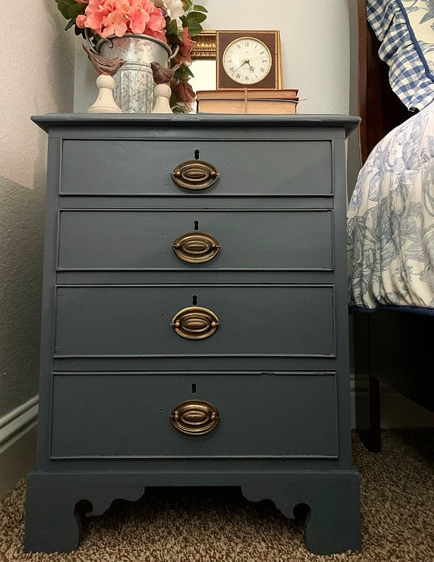 (SOLD) Beautiful and Solid 4Drawer Vintage Side-End Table/Nightstand/Chest in Gray. Perfect. BEAUTY!!
