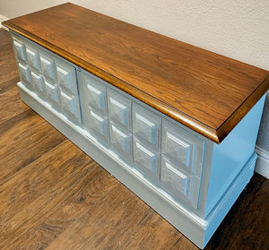 (SOLD) Gorgeous Vintage Mid Century Lane Chest/Bed End/Bench/Coffee Table/Storage in Excellent Condition. Perfect Vintage Beauty any spot in your Nest!!