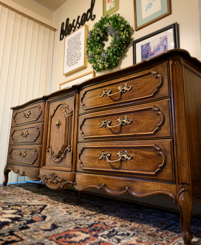 (SOLD) Gorgeous High-End Limited Edition Large Thomasville French Louis XV Style Serpentine Triple Dresser/Media/Entryway/Buffet/Credenza in New Like Condition!!!