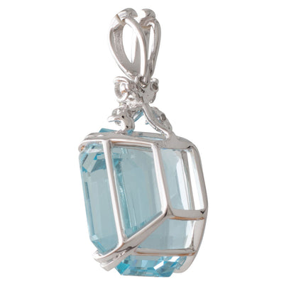 An Aquamarine Pendant in White Gold