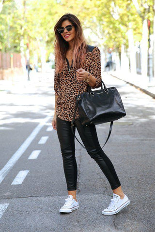 Tenues de leggings et baskets noires