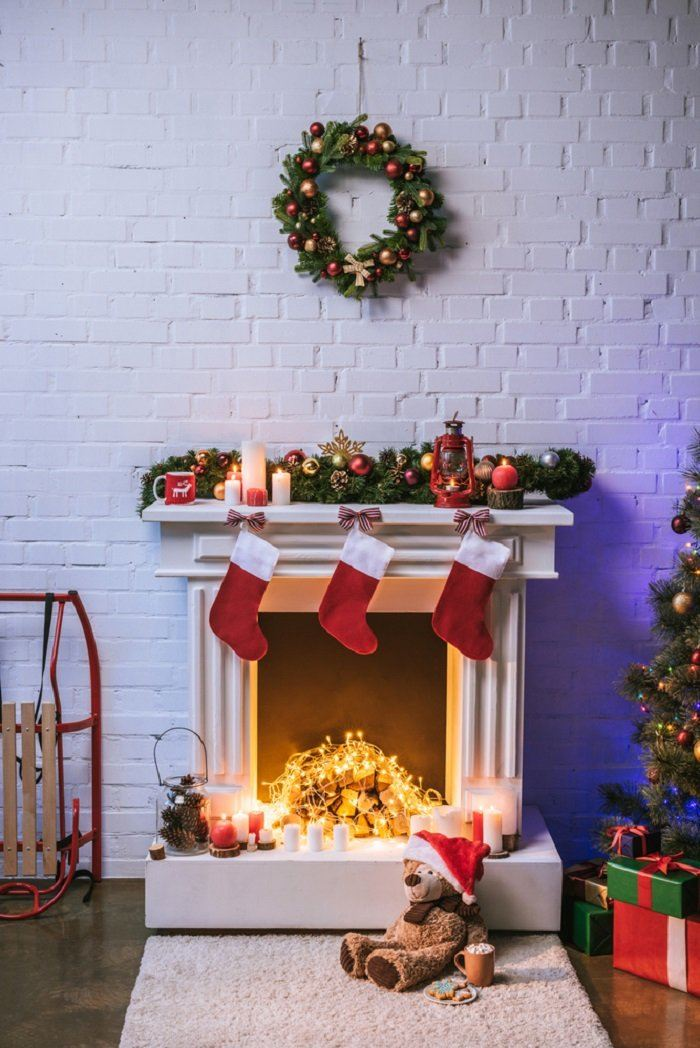 It is not so difficult to create the effect of a burning hearth. Choose a dish that suits you, or even better a fireplace, put a couple of logs there and decorate them with a garland. Anyone who has a fireplace at home should take on this great idea!